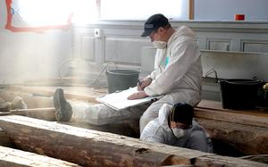 Ola George dokumenterar de fynd och den struktur man hittat under nuvarande kyrkans golv.