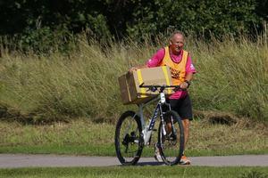 Tävlingsledaren Åke Lantz transporterar saker till tävlingsområdet.