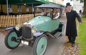Kyrkoherde Hult (Ove Wik) passade på att hälsa de långväga resenärerna Helena Bäutigam och Lars Lindén välkomna i sitt ovanliga fordon.