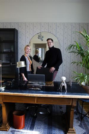 Erika och Björn Åberg har tillsammans möblerat det gemensamma kontoret på 220 kvadratmeter. De har fått tänka till när det gäller storleken på möbler, tavlor, lampor och blommor.