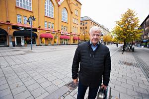 Axel Hallquist tycker att en järnvägssatsning är viktigare än Facebooketableringen.