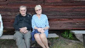Sven-Olof och Britt Karlsson har satt sig vid ladan.