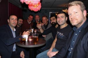 Ett stort gäng hade samlats vid bordet, bland annat Mattias Jahkopson, Idris Akyuz, Taytalus Akyuz, Mehmed Dogan, Magnus Fritz, Mattias Kärki, Gabriel Begallo. Foto: Py Tenor
