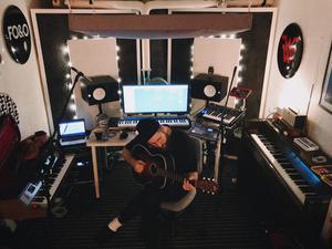 Erik Moberg, under artistnamnet Riike Mo, i studion. Foto: Privat
