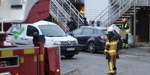 Räddningstjänsten satte in ett flertal enheter för att bekämpa radhusbranden på Salsavägen i Nynäshamn. Foto: Brottsplats Sthlm