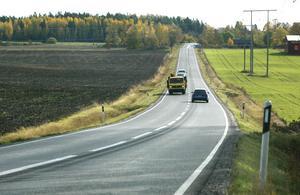 Det är på landsbygden de långa avstånden finns. Därför har vi drivit igenom en förändring av reseavdraget – det kommer nu att vara beroende av hur långa avstånd man pendlar till arbetet, inte hur lång tid resan tar, skriver Per Lodenius och Anders Olander. Foto: Roine Karlsson.