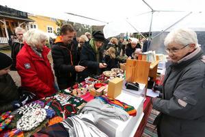 Gunnel Häggstam från ideella föreningen Världsbutiken Hallsberg, som firar 10 år första advent, fick sälja en hel del rättvisemärkta produkter.