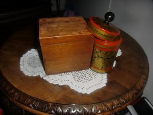 Tobak förvarades i prydliga askar -- här en från 1800-tal och en dito i färggrann rysk utgåva