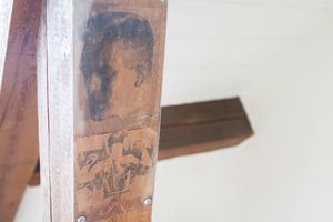 Renoveringen har också bjudit på en hel del överraskningar - i en av lägenheterna högs upp fanns två bilder på gamla boxare uppsatta på en träbjälke.