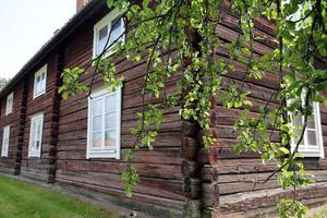 Gården från 1600-talet har en trädgård med till exempel ett vackert gammalt  träd.