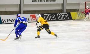 Felix Pherson och Jonas Nygren i en duell längs kanten.