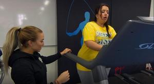 Bayan Ayyad fick ett rejält träningspass tillsammans med Pischa Strindstedt.– Hon fick mig att tro på mig själv, säger hon. Foto: TV4