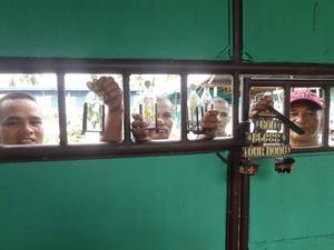 Fångar på Iwahig Prison and Penal Farm som försöker sälja souvenirer till Carl-Johan Kihl.