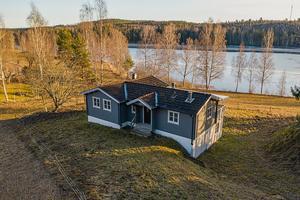 Souterrängshus med sjöutsikt i Gläntan utanför Svärdsjö. Foto: Skandiamäklarna