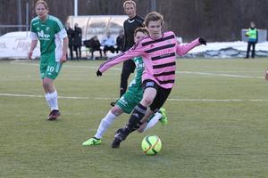 Andreas Eriksson i med bollen.