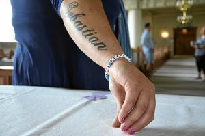 Malin har tatuerat in brorsonens namn på sin arm, och bär dagligen ett armband där det står