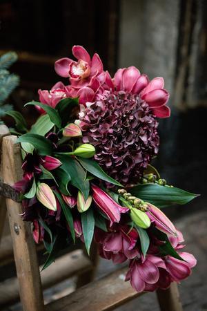Maffigaste julbuketten gör Christoffer av orkidéer och amaryllis i burgundyrött.