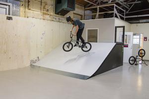 BMX-cyklar och kickbikes har blivit mer och mer populära de senaste åren. Här ser vi Jesper Nilsson göra en 360.