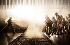 Måns Clausen vid brandfronten, gestaltad av Västerås Kammarkör på Västmanlands Teater. Foto: Markus Gårder