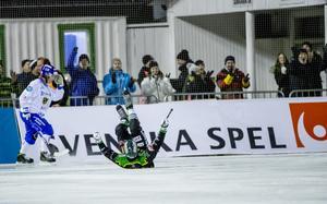 Frillesås Fredrik Brandin jublar liggandes efter 3–0-målet
