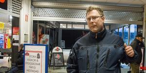 """Här gav sig rånaren på Mikael Bengtsson, som höjde armen och var bredd på att försvara sig. Reaktioner verkar ha påverkad rånaren och rånet misslyckade. """"Jag tänkte inte utan jag bara höjde armen. Jag slog inte ens, hade jag gjort det hade det gått illa för killen för jag har ett kraftigt slag""""."""