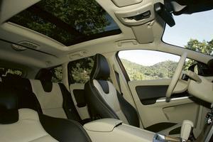 Ergonomin är på topp. Interiören är nydesignad men ingen missar att XC60 är en Volvo. Det ovanligt stora glastaket (med Volvo-mått  mätt) sprider ljus och gör kupén luftigare.