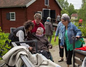 Maria Strömbäck Svärd, Ingrid Andersson och Cecilia Klang hjälper gästerna av de hästdragna ekipagen.