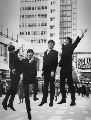 Ringo, George, John och Paul hoppar på Sergelgatan i centrala Stockholm under sitt första Sverigebesök 1963.