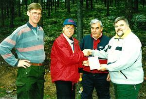 Tomas Brolin i älvdalsskogarna. Omkring sig har han Gunnar Barke, Arne Pettersson och Arne Bogghed.