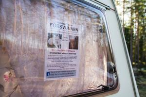På både husvagnen och bilen sitter lappar med information om försvunna Tex.
