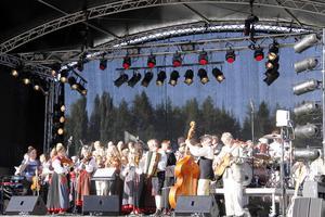 En hyllningskör bestående av Hamra och Ytterhogdals kyrkokörer, Los-Färila sångkör och Järvsö spelmanslag fyllde i princip hela scengolvet.