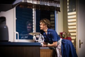 Shirley (Maria Lundqvist) i köket, där hon drömmer om Grekland och brottas med både rädsla och längtan. Bild: Sören Vilks