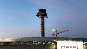 Arlandas kontrolltorn. Bilden togs under lugnare väderlek vid tidigare tillfälle.