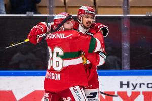 Matej Stransky kramas om av lagkamraten Jonathan Carlsson efter sitt 3–1-mål mot Växjö. Foto: Daniel Eriksson/Bildbyrån.