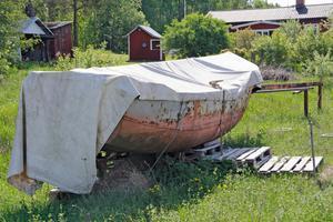 Den här båten användes när underhållspersonalen behövde åka till masterna där linbanan passerade över Hjälmaren.