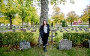 """Alla är välkomna till kyrkogården på alla helgons dag för att ställa frågor eller prata om sin sorg. """"Kyrkogården är folkets plats och alla ska ha tillgång till den"""", säger Sarah Artmann."""