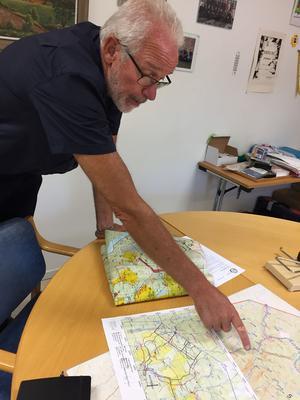 Jan-Olov Olsson, räddningschef i Älvdalen, pekar ut brandområdet i Trängslet.