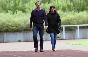Gunnar Ageskär och Helena Persson Einarsson tar en promenad på Hofvallens gamla, hårda och utslitna banor. I sommar blir det omläggning av banorna.