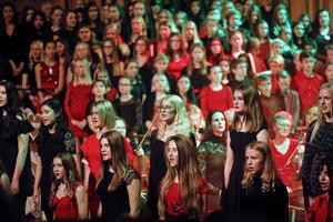 Trängseln är stor när 432 sångare delar på scenutrymmet med Västerås sinfonietta.