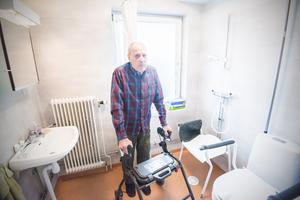 För Karl Johan Mattsson innebär de större toaletterna att det är lättare att få med sig rullatorn in på toaletten.