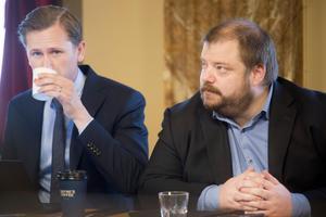 Sverigedemokraterna tycks inte nå den eftertraktade vågmästarpositionen i regionfullmäktige i Gävleborg. På bilden Roger Hedlund, länsordförande för SD i Gävleborg, och Richard Carlsson, förstanamn på partiets regionlista.