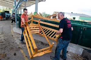 Stefan Rosbach-Olsson hjälper Wolf Rosbach att kasta bort möbler.