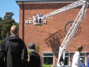 I samband med skolavsultningen i fredags skulle skylten tas ned för Skiljeboskolan. Namnet ville dock inte lämna väggen då skuggan blev kvar och liksom pekade på klockan för att säga att namnet gick ur tiden.