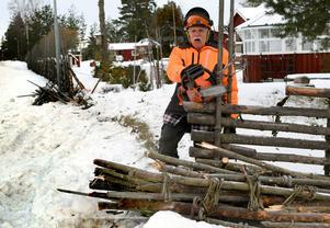 Göte Erks fick såga loss den bil som sladdade av vägen och  mejade ner hans gärdsgård.