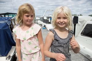 Kompisarna Elsa Glas, 8 år och Ellie Lagestrand lever båtliv på Strömskär.