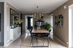 Matrummet, som ligger helt nära köket,  har gott om plats för bord och stolar. Foto: Utsikten foto.