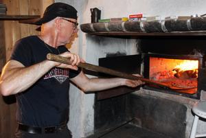 Sven Danielsson stod vid vedeldade ugnen och gräddade.