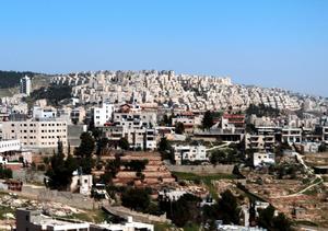 Bosättarnas högt belägna bostäder på Västbanken.