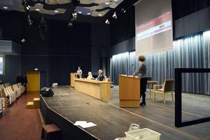 Oppositionsrådet Elin Norén (S) i debatt med regionråd Birgitta Sacrédeus (KD).
