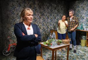 Ett kammarspel i kärnkraftskatastrofens skugga utspelar sig i köket när Rose kommer till Hazel och Robin. Agneta Ahlin, Astrid Assefa och Per Burell spelar rollerna i Barnen. Foto: Sören Vilks